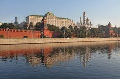 De muur van Moskou het Kremlin en de rivier van Moskou stock foto's