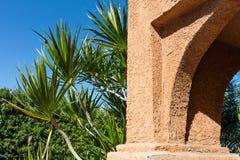 De muur van zandsteen op een achtergrond van vegetatie Royalty-vrije Stock Foto