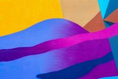 De muur is verfraaid met abstracte de verfclose-up van het tekeningenhuis Detail van een graffiti Fragment voor achtergrond moder Stock Foto