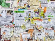 De muur is volledig van reclame: aanbiedingen van het werk en de diensten, aankoop van goederen, informatie over gebeurtenissen,  stock afbeelding