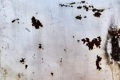 De muur wordt in de schede gestoken door roestige bladen van metaal stock afbeeldingen