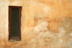 De muurachtergrond van Grunge met venster stock foto