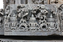 De muurgravure van de Hoysaleswaratempel van vrouwelijke dansers Stock Foto's