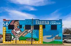 De muurschildering aan kant van het Gevende Centrum van Bama op Route 66 bouwde om de Werknemers van pasteibedrijven met de diens stock fotografie