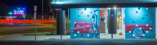 De muurschildering en het Blauw slikken Motel, Neonteken Route 66 stock fotografie