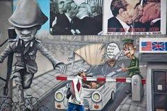 De muurschildering van de Muur van Berlijn van Check Point Charlie Stock Afbeelding