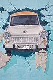 De muurschildering van de Muur van Berlijn van iconische Trabant stock afbeeldingen