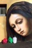 De muurschildering van een vrouw bekijkt vuilniszakken Stock Foto's