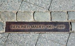 De muurteken van Berlijn op de straat, Berliner Mauer Stock Afbeelding