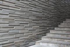 De muurtextuur van de bakstenenlei, met de concrete stappen van de cementtrede Stock Fotografie