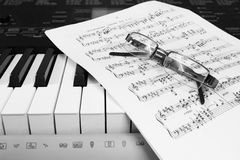 De muziek en de glazen van het pianoblad Royalty-vrije Stock Foto