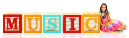 De MUZIEK van de Blokken van het alfabet met Meisje stock afbeelding