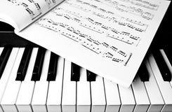 De muziek van het Toetsenbord en van het blad van de piano Stock Afbeeldingen
