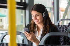 De Muziek van onderneemsterwith cellphone listening royalty-vrije stock fotografie