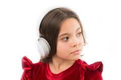 De muziek is zo veel pret Klein meisje in rode kleding kinderjaren en geluk klein kind in hoofdtelefoons Muziek listening royalty-vrije stock afbeeldingen