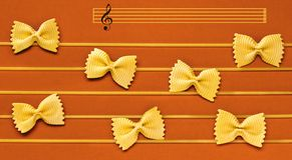 De muzieknoten worden gemaakt gebruikend een macaroni stock afbeeldingen