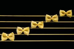 De muzieknoten worden gemaakt gebruikend een macaroni stock afbeelding