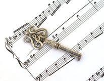 De muziekpersoneel van het blad & oude sleutel met g-sleutel Royalty-vrije Stock Afbeelding