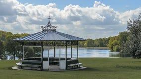 De muziektent van het Roundhaypark en Waterloo meer Leeds Yorkshire stock fotografie