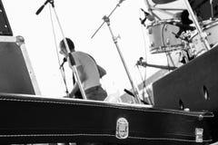 De muzikale band speelt op openlucht bij de zomerfestival, mening van erachter van het stadium, zwart het dragen geval voor gitaa Royalty-vrije Stock Foto's