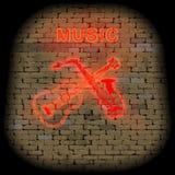 De muzikale gitaar en de saxofoon van het achtergrond rode neonteken royalty-vrije illustratie