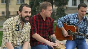De muzikale groep voert het lied in de straat uit stock video