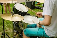 De muzikale hand van trommelsklankbekkens met houten stokkentrommel Stock Foto's