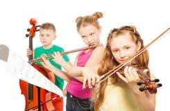 De muzikale instrumenten van het jonge geitjesspel op witte achtergrond Stock Afbeelding