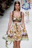 De Myrthebout loopt de baan in Versace toont tijdens Milan Fashion Week Spring /Summer 2018 stock afbeeldingen