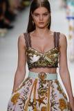 De Myrthebout loopt de baan in Versace toont tijdens Milan Fashion Week Spring /Summer 2018 stock afbeelding
