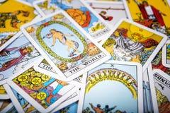 De mystieke achtergrond van tarotkaarten Hogere kaartwereld stock afbeeldingen