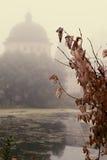 De mystieke mist over het water Stock Afbeeldingen