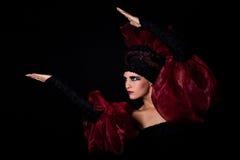 De mystieke vrouw houdt een voorwerp Royalty-vrije Stock Foto's
