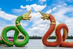 De mythologie groene rode onder ogen ziende kromme van standbeeldnaga en blauwe hemel royalty-vrije stock fotografie