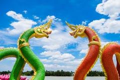 De mythologie groene rode onder ogen ziende kromme van standbeeldnaga en blauwe hemel royalty-vrije stock afbeeldingen