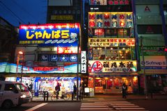 De néon assine dentro Akihabara no Tóquio, Japão Imagem de Stock