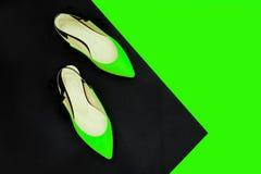 De néon esverdeie - sapatas pretas do verão Equipamento da menina do verão, sapatas luxuosas do partido Concep elegante mínimo Ac fotografia de stock
