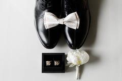 De nödvändiga detaljerna för en brudgum arkivbilder