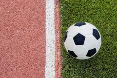 De één voetbal is dichtbij de lijn op het stadion Stock Foto