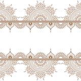 De naadloze bruine elementen van de mehndigrens van het hennapatroon met bloemen voor tatoegering of kaart in Indische stijl op w royalty-vrije illustratie