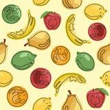 De naadloze patroon grappige katten en de gele, rode, groene vruchten in verschillend stellen op gele achtergrond Stock Foto's