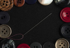 De naaiende achtergrond van het knopenkader op textieltextuur met naald Royalty-vrije Stock Foto's