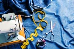 De naaiende jeans van het indigodenim met naaimachine, kledingstuk industrieel concept royalty-vrije stock foto's