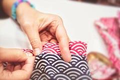 De naaiende kleding van de naaldreparatie Royalty-vrije Stock Afbeeldingen