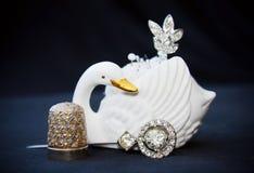 De naaiende uitrusting van Vintate met zwaan en zilveren vingerhoedje Royalty-vrije Stock Foto