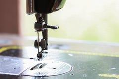 De naaimachine en het punt van kleding, het Detail van naaimachine en de naaiende toebehoren, oude naaimachine Royalty-vrije Stock Foto
