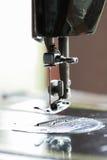 De naaimachine en het punt van kleding, het Detail van naaimachine en de naaiende toebehoren, oude naaimachine Stock Foto