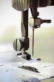 De naaimachine en het punt van kleding, het Detail van naaimachine en de naaiende toebehoren, oude naaimachine Royalty-vrije Stock Afbeeldingen