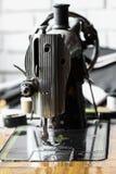 De naaimachine en het punt van kleding, het Detail van naaimachine en de naaiende toebehoren, oude naaimachine Stock Foto's