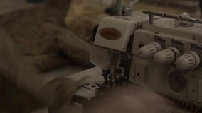 De naaimachine maakt naden bij het in de schede steken in meubilairfabriek stock videobeelden